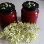 Erdbeemarmelade mit Holunderblüten